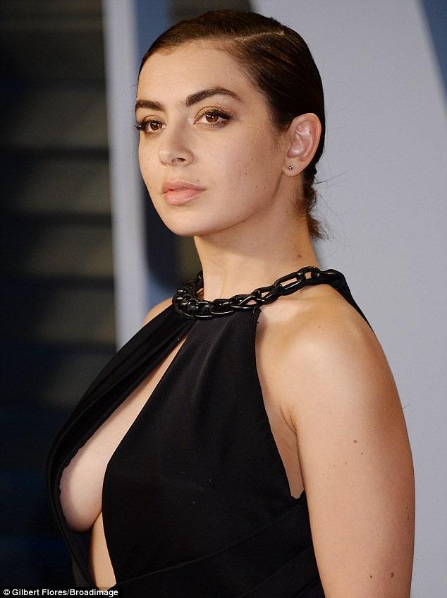 Ca sỹ người Anh Charli XCX diện váy xẻ bạo khoe ngực khủng trong tiệc mừng thành công của lễ trao giải Oscar 2018 tổ chức ngày 5/3 vừa qua