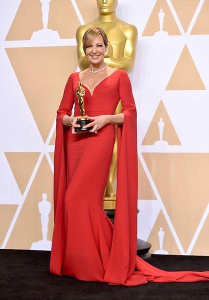 Allison Janney, 58 tuổi - rực rỡ trong bộ váy đỏ