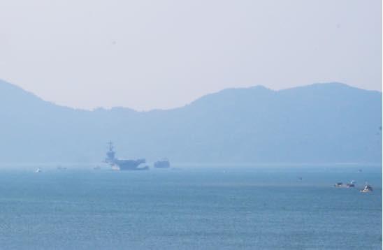 Hình ảnh tàu sân bay Carl Vinson chụp từ cầu Thuận Phước