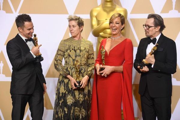 Từ trái qua: Nam diễn viên phụ xuất sắc nhất Sam Rockwell, Nữ diễn viên chính xuất sắc nhất Frances McDormand, Nữ diễn viên phụ xuất sắc nhất Allison Janney, và Nam diễn viên chính xuất sắc nhất Gary Oldman - 4 diễn viên giành chiến thắng tại lễ trao giải Oscar 2018