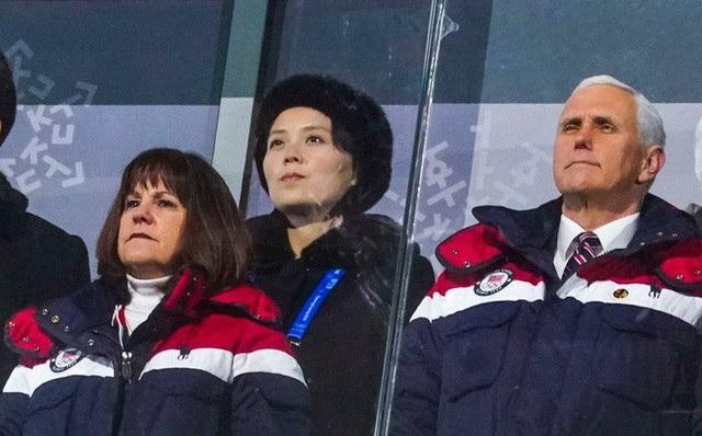 Em gái nhà lãnh đạo Triều Tiên Kim Jong-un ngồi ngay sau Phó Tổng thống Mỹ Mike Pence trong lễ khai mạc Thế vận hội mùa Đông ở Hàn Quốc hôm 9/2. (Ảnh: AFP)