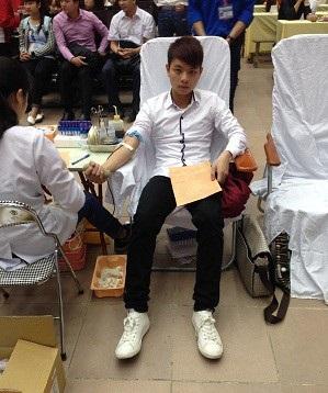 Sinh viên tốt bụng Phạm Đình Quý đã 2 lần nhặt được của rơi trả lại người bị mất (Ảnh: Quý trong một lần tham gia hiến máu nhân đạo)