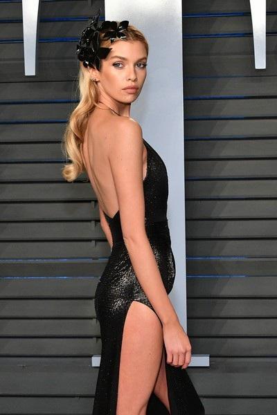 Siêu mẫu Stella Maxwell cũng tham dự bữa tiệc diễn ra tại Beverly Hills, California, Mỹ ngay sau khi giải Oscar kết thúc