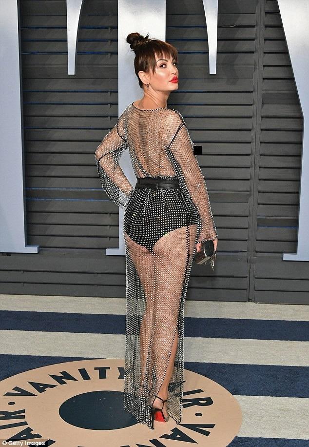 Người đẹp 38 tuổi diện váy xuyên thấu phô toàn bộ vòng một khi sải bước trướng hàng trăm quan khách