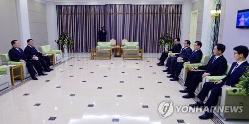 Phái đoàn Hàn Quốc gặp mặt các quan chức Triều Tiên tại khách sạn Bình Nhưỡng ngày 5/3 (Ảnh: Yonhap)