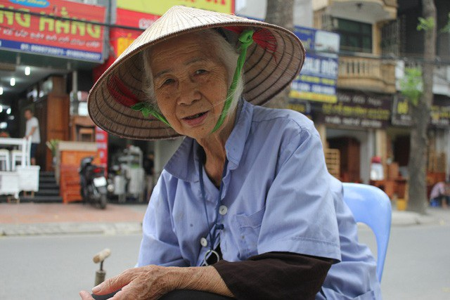 Dù mưa hay nắng, cụ Vân vẫn đều đặn xách đồ nghề mưu sinh bằng công việc bơm vá xe bên góc đường Đê La Thành. (Ảnh: Hà Trang)