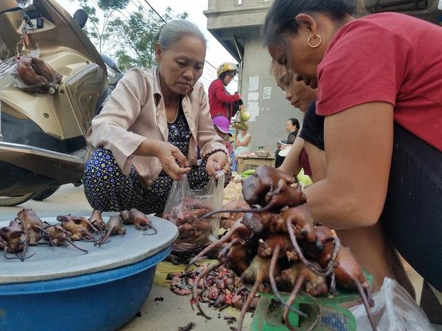 Ở nhiều vùng quê, vào mùa săn chuột đồng các hàng quán bán loại đặc sản này luôn tấp nập khách mua hàng