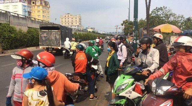 Người dân tập trung bên đường theo dõi vụ việc