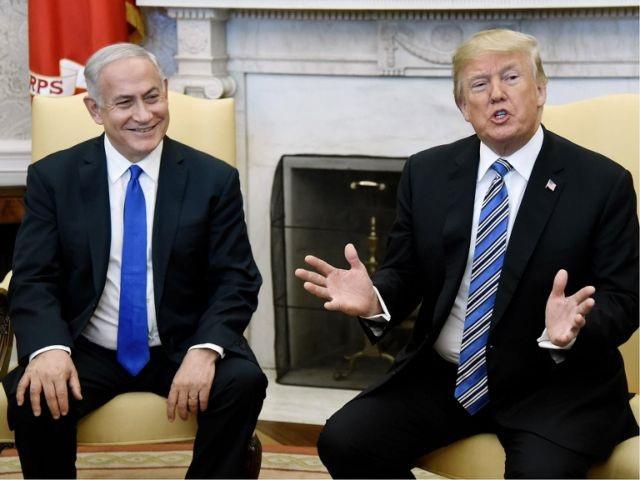 Tổng thống Mỹ Donald Trump (phải) và Thủ tướng Israel Benjamin Netanyahu (Ảnh: Reuters)