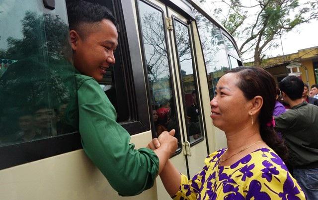 Cái siết tay thật chặt của người mẹ động viên con lên đường mạnh giỏi, hoàn thành trách nhiệm của người công dân đối với Tổ quốc