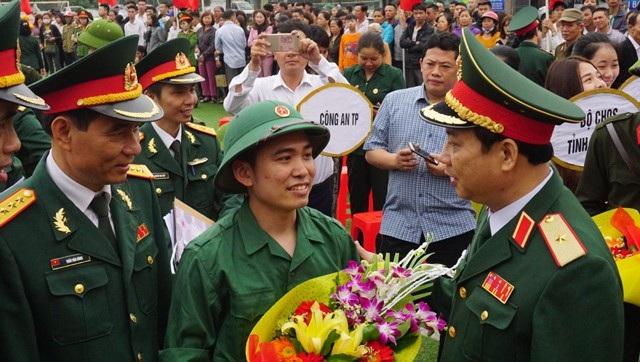 Đại diện Bộ tư lệnh Quân khu 4 tặng hoa chúc mừng, động viên các tân binh trước khi lên đường nhập ngũ