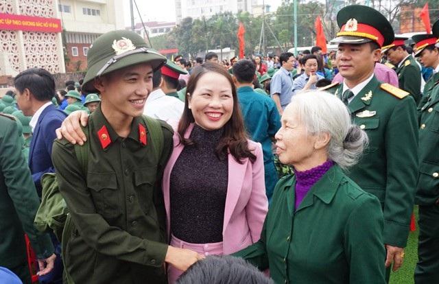 Mẹ và bà động viên chàng trai trẻ. Em là 1 trong 14 chiến sỹ nghĩa vụ công an của TP.Vinh nhập ngũ lần này