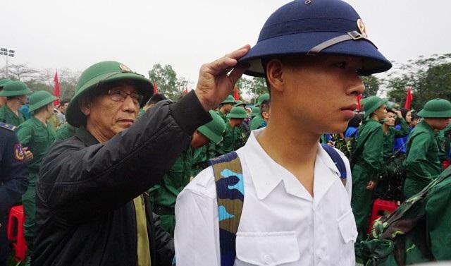 Nguyên Đại tá quân đội Nguyễn Xuân Đậu chỉnh sửa lại quân phục cho cháu trai