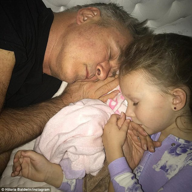Hilaria khoe ảnh con gái Carmen và chồng, Alec Baldwin trên trang cá nhân.