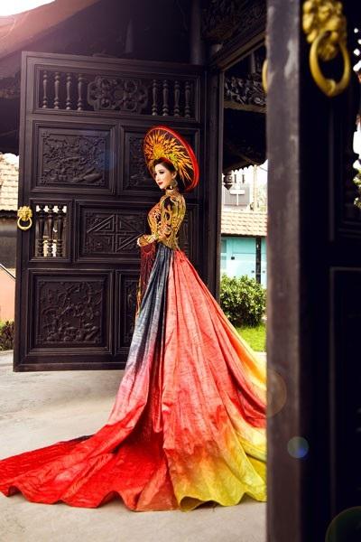 Những ngày đầu năm mới, Hoa hậu Đông Nam Á Hồng Tươi khoe những shot hình ấn tượng với trang phục áo dài đậm chất cung đình.
