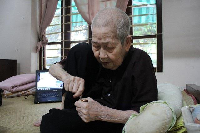 Cụ bà Lê Thi cho biết bí quyết trường thọ của mình chính là tinh thần ham học hỏi. (Ảnh: Hà Trang)