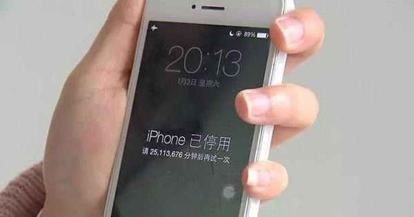 Hộp thoại thông báo cho biết iPhone sẽ bị khóa trong 25.113.676 phút