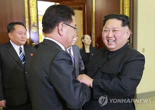 Ông Kim Jong-un tiếp phái đoàn Hàn Quốc thăm Triều Tiên hôm 5/3. (Ảnh: Yonhap)