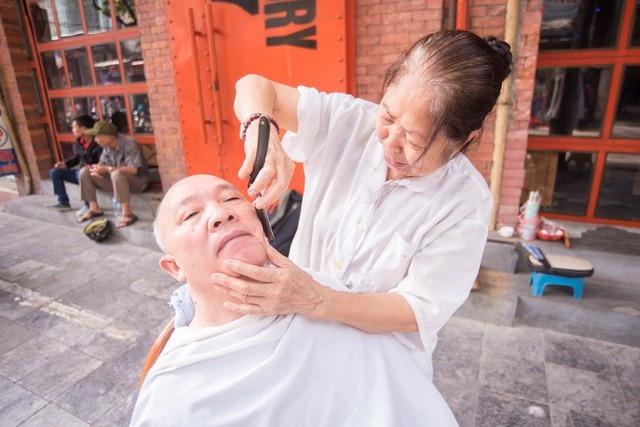 Bà Thu đã có gần 60 năm gắn bó với nghề cắt tóc. Ảnh: Toàn Vũ