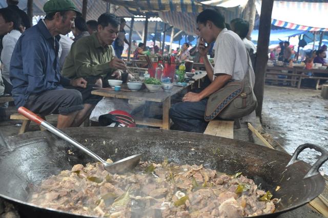 Những nồi thắng cố ở các phiên chợ vùng cao thường rất lớn, đủ cho vài chục người ăn.