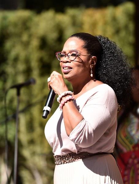 Oprah gần đây còn tham gia diễn xuất trong bộ phim A Wrinkle in Time vừa ra mắt cuối tuần trước.