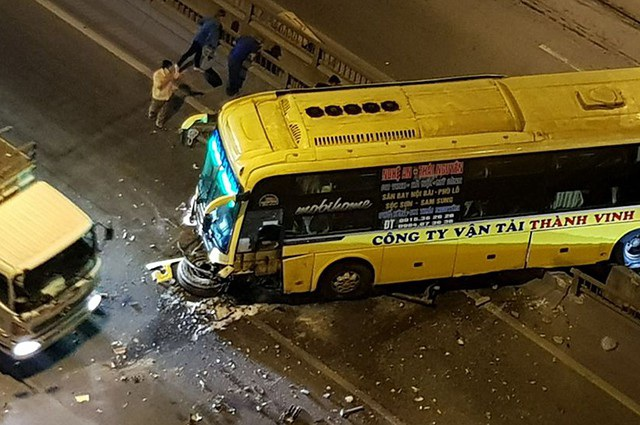 Đầu của chiếc xe khách vỡ vụ sau cú tông vào thành cầu