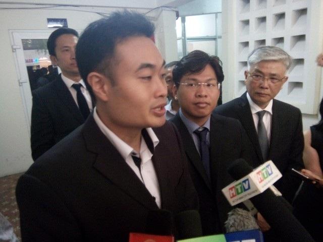 Đại diện Grab trả lời báo chí sau khi Hội đồng xét xử công bố đình chỉ phiên tòa