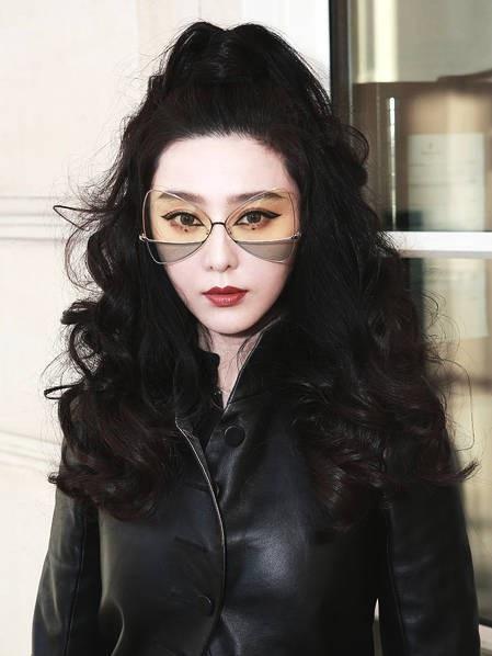 Ngôi sao nổi tiếng của Trung Quốc sử dụng một cặp kính mắt rất sành điệu làm phụ kiện.