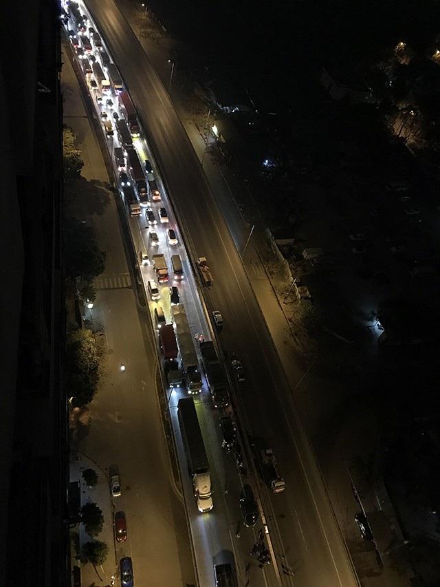 Vụ tai nạn khiến tuyến đường trên cao bị ùn tắc nghiêm trọng