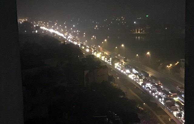 Hướng từ cao tốc Pháp Vân về nội thành cũng bị ùn tắc nghiêm trọng.