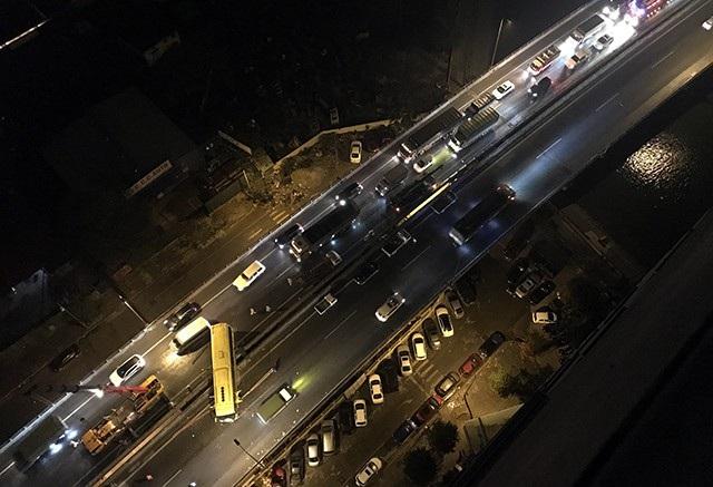 Chiếc xe khách mang BKS 37B-002.79, lưu thông đến khu vực bán đảo Linh Đàm thì gặp nạn