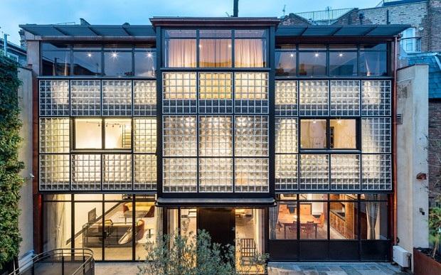 """Hai tòa nhà của """"Eglon House """" được đặt song song với nhau và kết nối bằng một khoảng sân nhỏ ở giữa."""