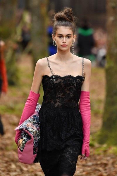 Kaia Gerber - con gái siêu mẫu Cindy trình diễn cho Chanel