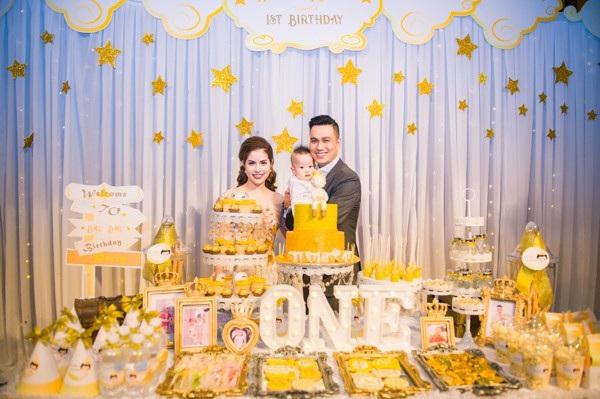 Vợ chồng nam diễn viên Việt Anh đã tổ chức bữa tiệc thôi nôi đánh dấu ngày con trai Hoàng Khôi tròn 1 tuổi. Bữa tiệc diễn ra tại một khách sạn 5 sao ở Hà Nội.