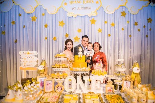 Gia đình Việt Anh cùng mẹ.