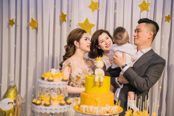 Diễn viên Lưu Huyền Trang đến từ rất sớm để giúp gia đình Việt Anh đón khách.