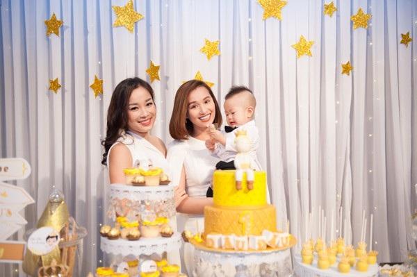 Diễn viên Minh Hương và Lã Thanh Huyền - hai đồng nghiệp thân thiết của Việt Anh cùng chọn tone trắng lịch lãm tới dự tiệc.