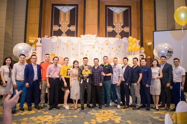 Bên cạnh những đồng nghiệp thân thiết còn có các thành viên của CLB bóng đá V-Stars mà Việt Anh làm Giám đốc điều hành cũng tới tham dự bữa tiệc ấm cúng.