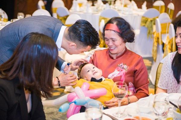 """Cô Lê Bình - mẹ nam diễn viên Việt Anh thì chia sẻ: """"Bé Đậu hay cười lắm, con giống bố Việt Anh nhất ở đôi mắt""""."""
