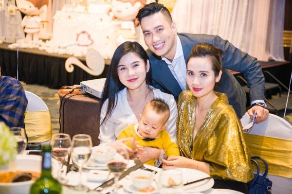 Huyền Lizzie (áo vàng) xinh đẹp và đầy quyến rũ tới chúc mừng gia đình Việt Anh.