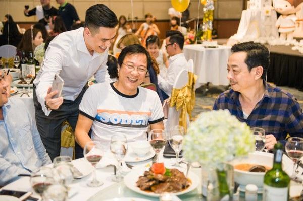 Diễn viên Việt Anh vốn coi NSND Hoàng Dũng như một người bố thứ 2 của mình và Việt Anh cũng được ông vô cùng yêu quý. Tới dự bữa tiệc còn có đạo diễn Trọng Trinh.