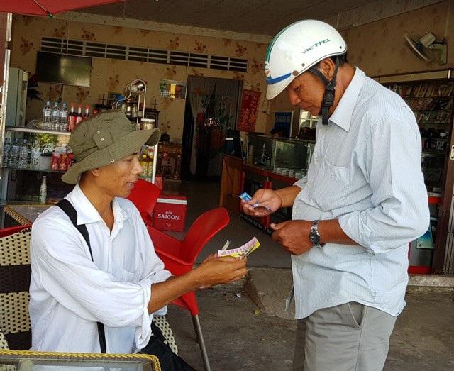 Anh Thái vẫn hàng ngày bán vé số mưu sinh.