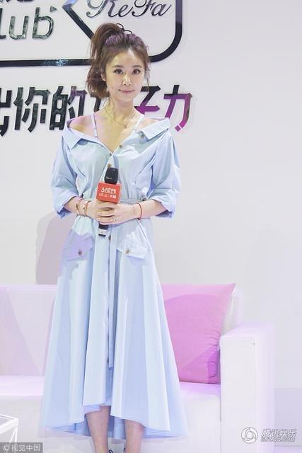 Lâm Tâm Như xuất hiện trẻ đẹp tại một sự kiện ở Đài Loan, ngày 7/3. Nữ diễn viên 42 tuổi trang điểm nhẹ nhàng, buộc tóc đuôi ngựa và chọn một bộ đầm màu xanh nhẹ trẻ trung.