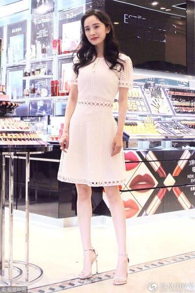 Dương Mịch khoe đôi chân thon dài hoàn hảo.