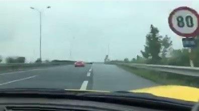 Mặc dù có biển giới hạn tốc độ nhưng chiếc siêu xe không hề có dấu hiệu giảm tốc