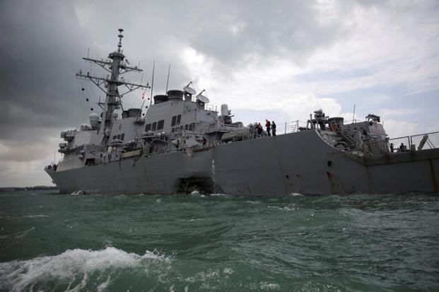 Tàu khu trục Mỹ USS John S McCain bị móp sau vụ va chạm với tàu dầu. (Ảnh: Reuters)