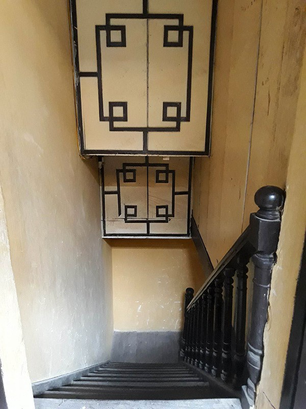 Cầu thang được làm bằng gỗ, mặc dù đã gần 100 năm nhưng cầu thang này vẫn khá tốt, chưa bị mối mọt. Trong biệt thự có 2 cầu thang như thế này, dẫn lên hai dãy nhà chính.