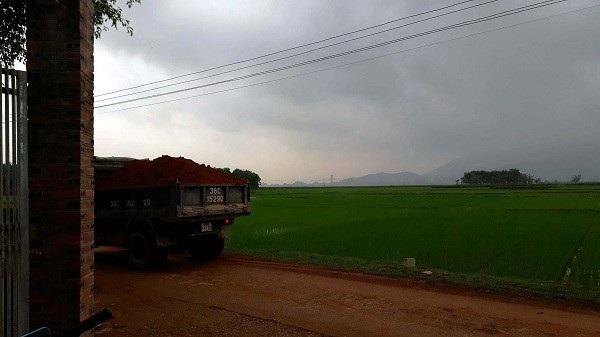 Những chiếc xe chở đất không phủ bạt, chạy ầm ầm trên đường