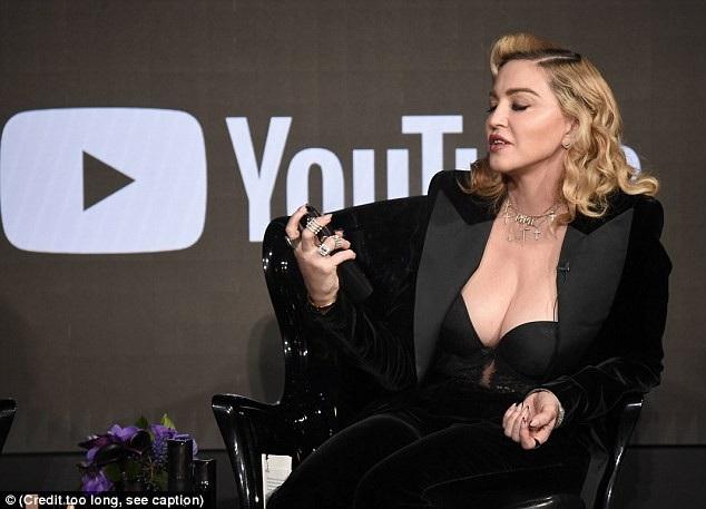 Ca sỹ nổi tiếng nước Mỹ trẻ trung và phong độ trong bộ đồ đen sexy, tinh tế