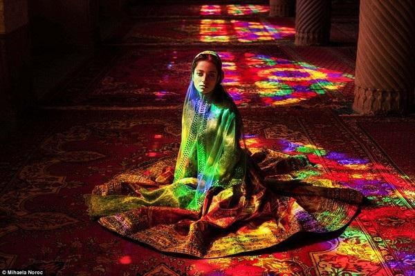 Cô gái bên trong một nhà thờ Hồi giáo ở Iran